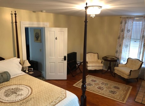 Room 6 with Queen bed and seating area